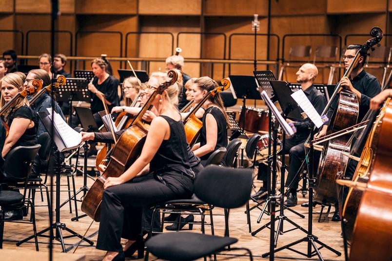 Musiker und Musikinstrumente kurz vor einem Konzert