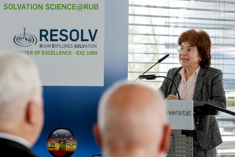 Martina Havenith begrüßt die Gäste beim Neujahrsempfang des Exzellenzclusters Resolv