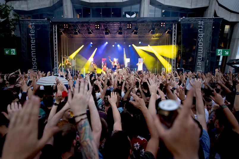 Publikum, im Hintergrund Bühne