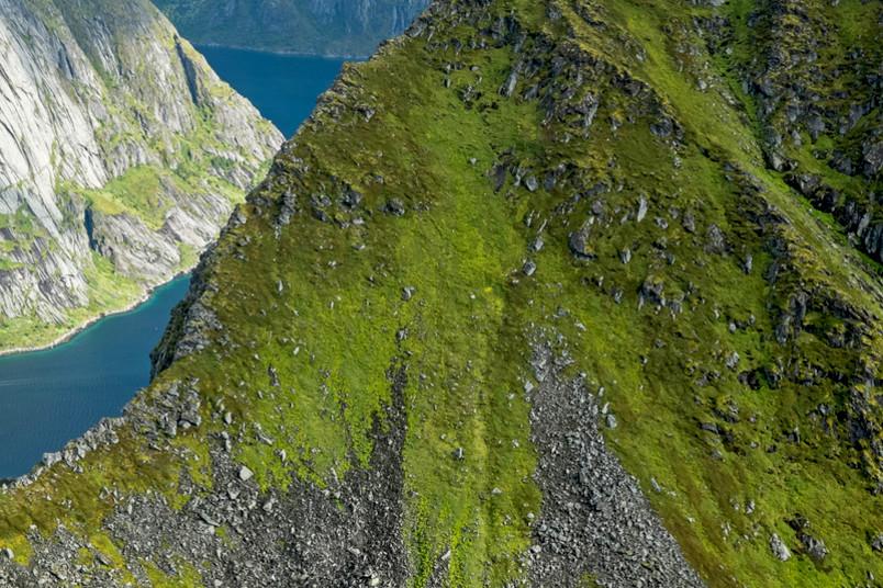 Berggipfel im Meer
