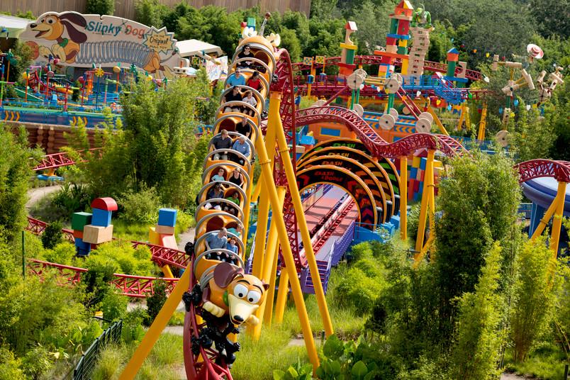 Achterbahn Slinky Dog Dash im Vergnügungspark Disney World