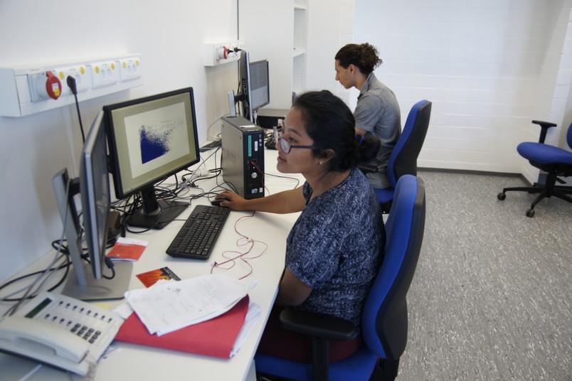 Zwei Studierende an Computern