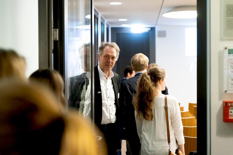 Spitzensport: Rektor Schölmerich hält Studierenden die Tür auf