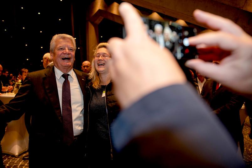 Gauck-Vorleseung, Selfies im Foyer