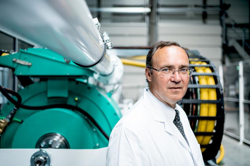 <div> Rolf Bracke hat an der RUB den Lehrstuhl für Geothermische Energiesysteme inne. Zugleich ist er Leiter der Fraunhofer-Einrichtung für Energieinfrastrukturen und Geothermie.</div>