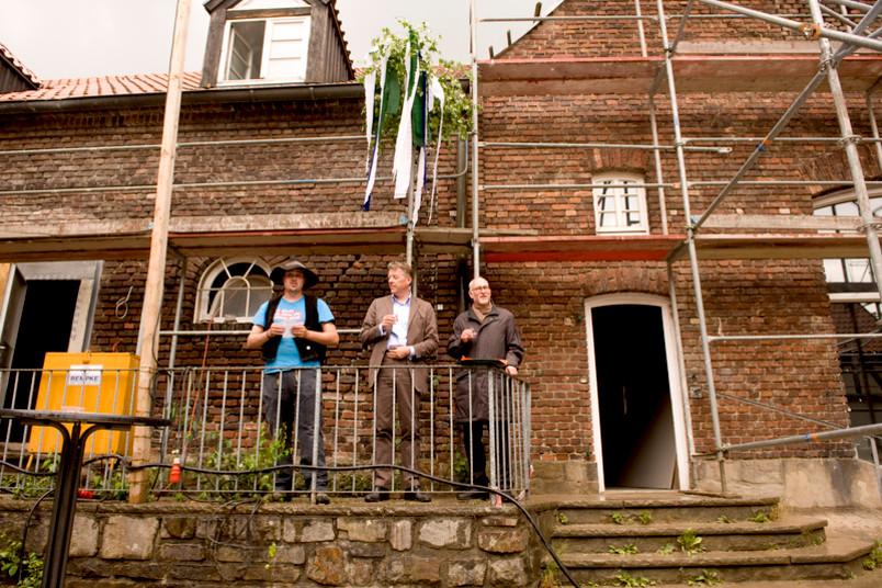 Von links: Zimmermann Marvin Kirchner, Architekt Bernhard Bramlage, RUB-Rektor Prof. Dr. Elmar Weiler