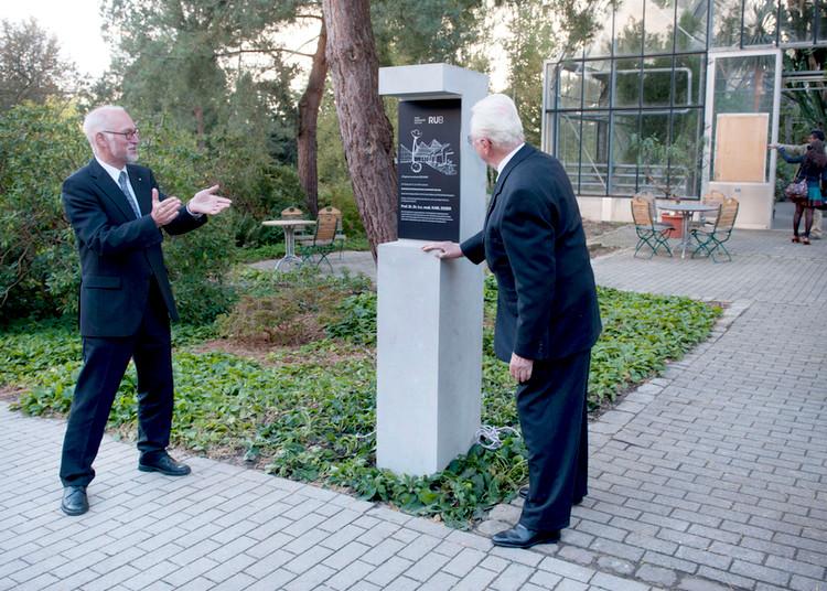 Frisch enthüllt: Karl Esser freut sich über die neue Stele im Botanischen Garten, links Rektor Elmar Weiler.