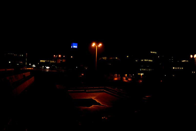 Fixpunkt in der Nacht: das blaue Label der Ruhr-Universität