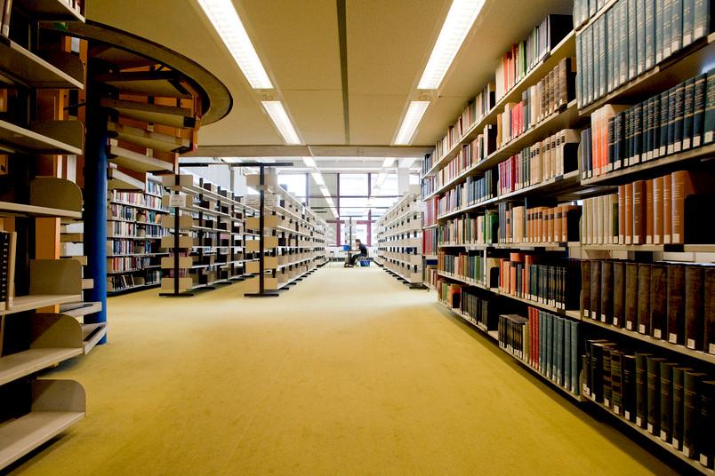 Ein Buch ist ein Buch ist ein Buch – in der Unibibliothek könnte man das weit über eine Million mal sagen. Wir sagen stattdessen: Herzlichen Glückwunsch zum 50. Geburtstag!