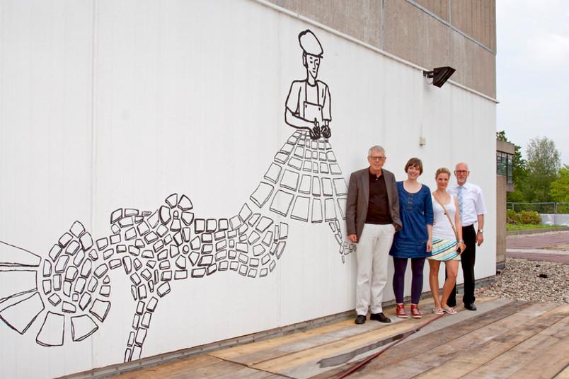Die Künstlerin mit den maßgeblich Beteiligten: Kanzler Gerhard Möller, Franziska Braun, Pojektmanagerin Leonie Kruschinsky, Rektor Elmar Weiler (von links)