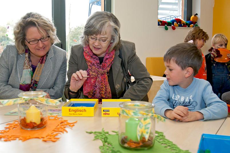 In der neuen RUB-Kita: Svenja Schulze (links) und Dr. Ottilie Scholz wollen genau wissen, wie die Kleinen Englisch lernen.
