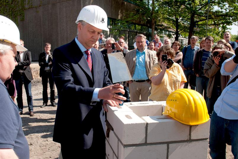 Dr. Thomas Kempf (Krupp-Stiftung) mauert den Grundstein ein.