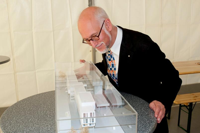 Rektor Prof. Dr. Elmar Weiler bewundert das Modell des Studierenden-Service-Centers.