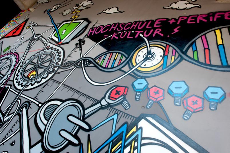 """""""Hochschule + Peripherie = Kultur"""" ist der Titel des Graffitis."""