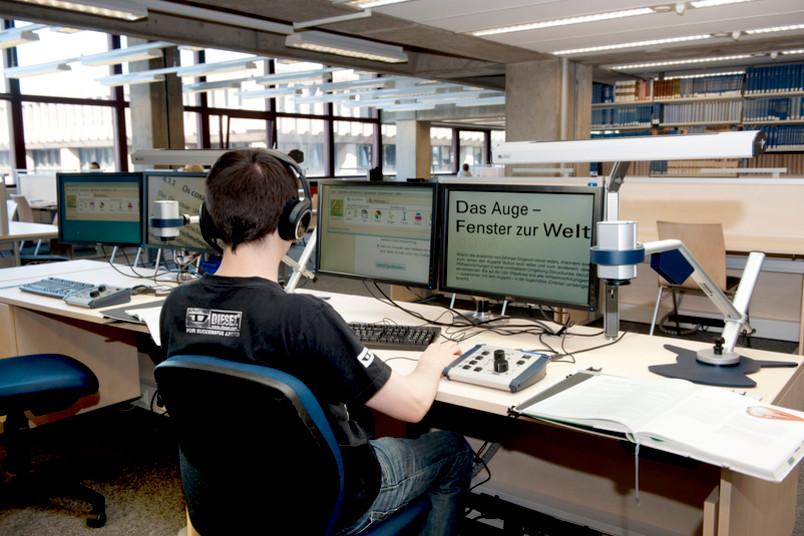 Sehbehindertengerechter Arbeitsplatz in der Universitätsbibliothek