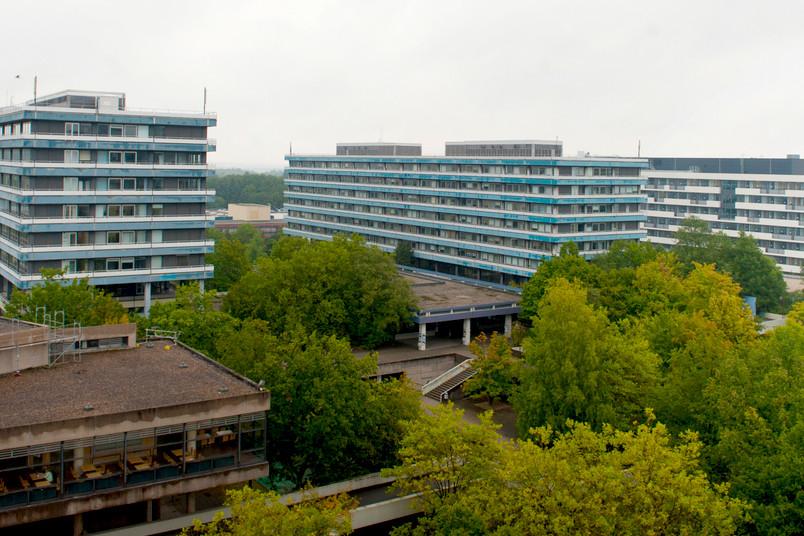 Die Gebäude IA (links) und IB (Mitte) auf dem Campus der RUB; rechts daneben ist das kernsanierte und kürzlich übergebene Gebäude IC zu sehen.