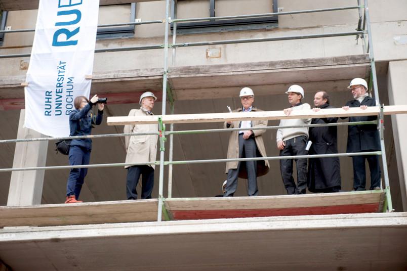 Kanzler Gerhard Möller beim letzten Hammerschlag; links: Dr. Thomas Kempf, Vorstand der Alfried Krupp von Bohlen und Halbach-Stiftung; rechts: Polier Martin Rode, Architekt Helmut Feldmeier und Rektor Prof. Dr. Elmar Weiler.