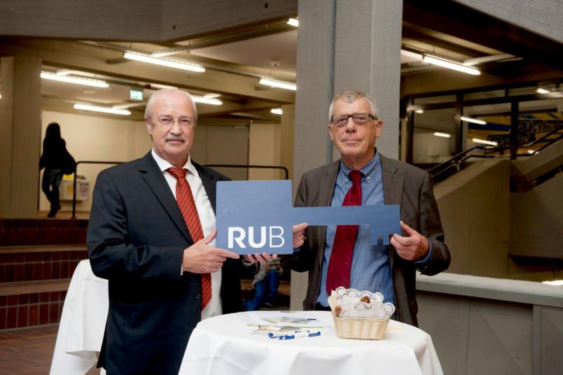 Bauherr Franz Fabri übergibt den Schlüssel symbolisch an RUB-Kanzler Gerhard Möller.