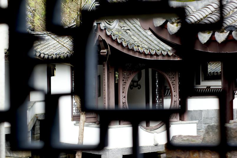 Auch wenn man es nicht auf den ersten Blick sehen kann: Hier und da nagt sich der fiese Zahn der Zeit durch den Chinesischen Garten.