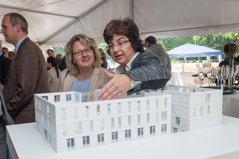 Zemos-Direktorin Prof. Dr. Havenith zeigt Wissenschaftsministerin Svenja Schulze das Gebäudemodell.