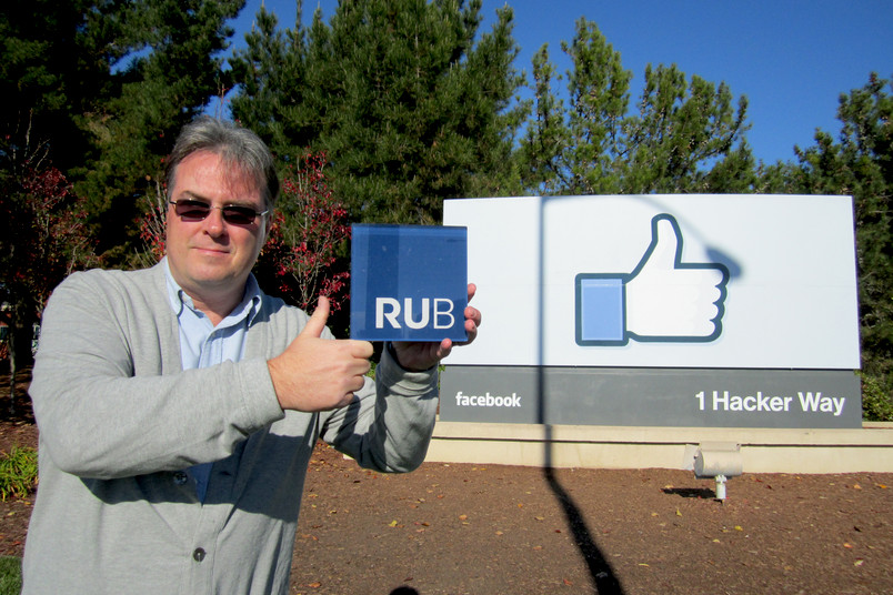 """RUB gefällt mir!"": Thorsten Gorba vor dem ""Thumbs up/Like""-Schild im Silicon Valley"
