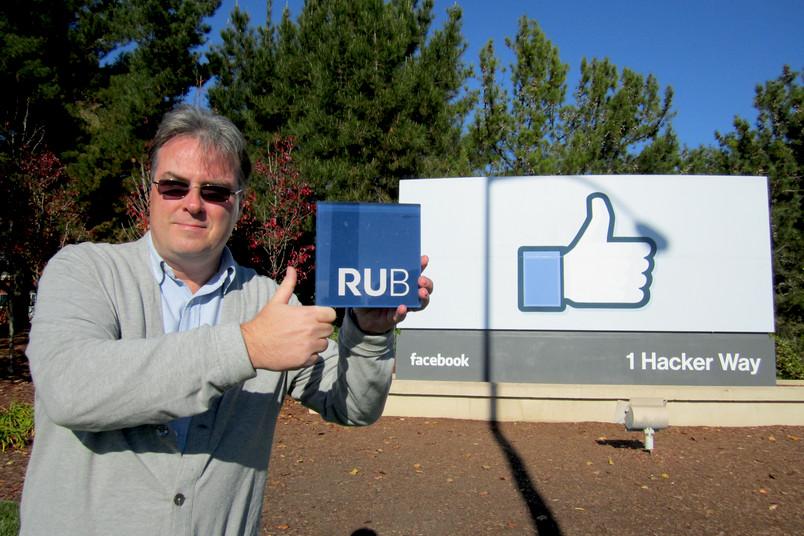 """""""RUB gefällt mir!"""": Thorsten Gorba vor dem """"Thumbs up/Like""""-Schild im Silicon Valley"""