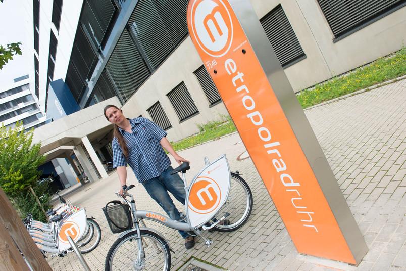 Oliver Kasprusch vom Verein für integrative Arbeit Bochum liefert die Räder an.