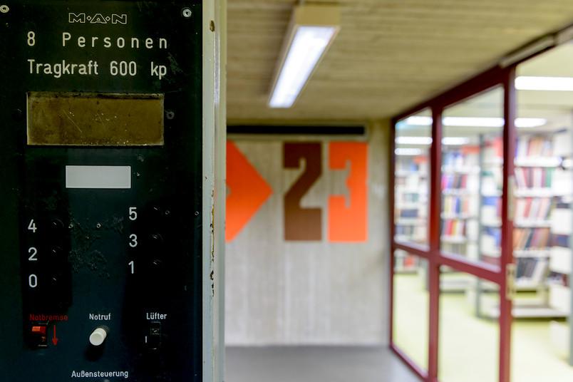 Bald Geschichte: die alten Aufzüge in der Universitätsbibliothek