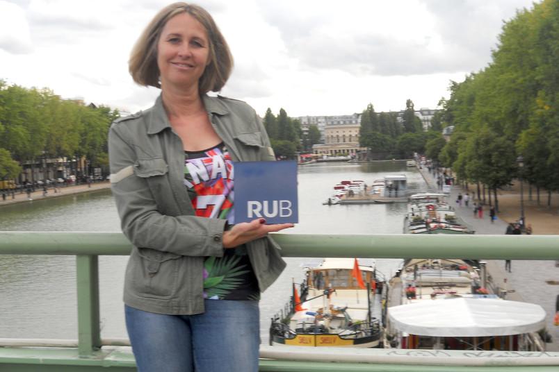 Beate Lippold präsentiert den RUB-Würfel am Bassin de la Villete im 19. Arrondissement von Paris.