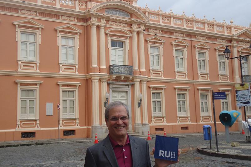 Manoel Marcos Freire d'Aguiar Neto präsentiert den RUB-Würfel vor der Universidade Federal da Bahia.