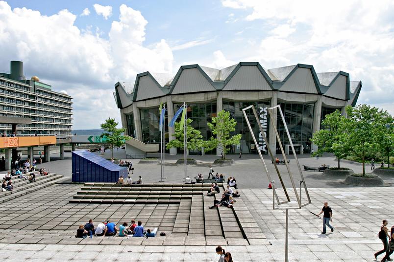 Forum ist lateinisch und bedeutet Marktplatz. Forumsplatz ist darum nur eines: falsch.
