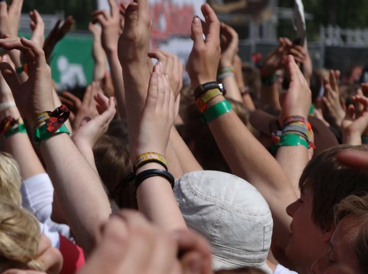 Hände, die in die Luft gestreckt werden, bei einem Musikfestival