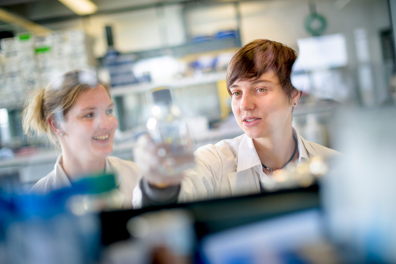 Olivia Masseck (rechts) gibt ihr Wissen über optogenetische Methoden gern an Studierende weiter.