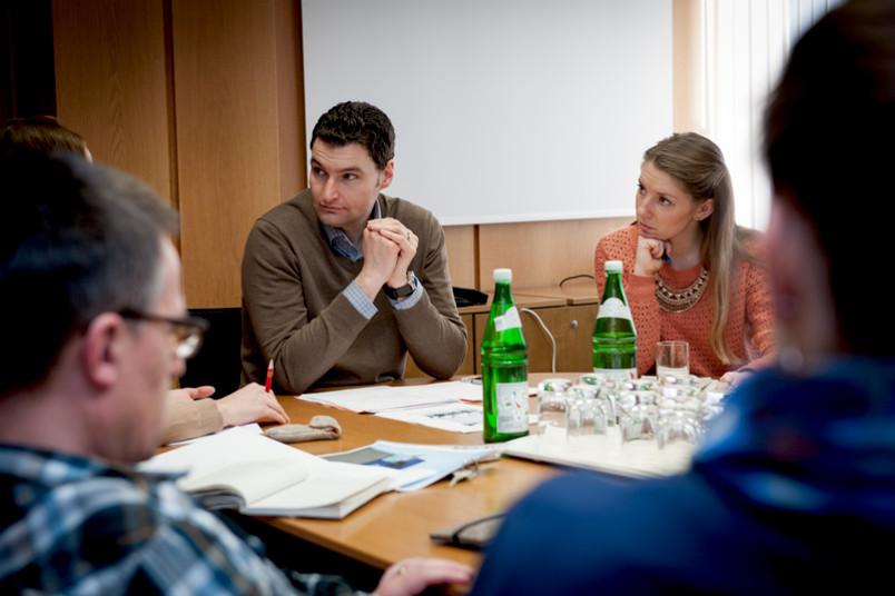 Der RUB50-Manager und die Reporterin in einer Sitzung.
