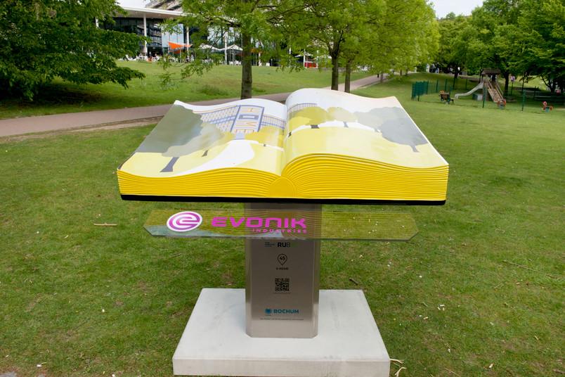 Eine der Buchplastiken, zu finden in der G-Reihe vor dem Gebäude GB