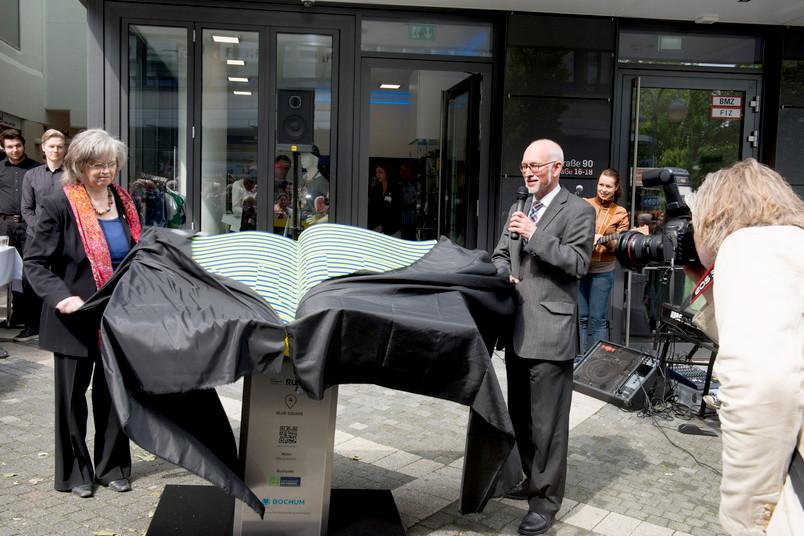 Oberbürgermeisterin Ottilie Scholz und RUB-Rektor Elmar Weiler lüften das Geheimnis.