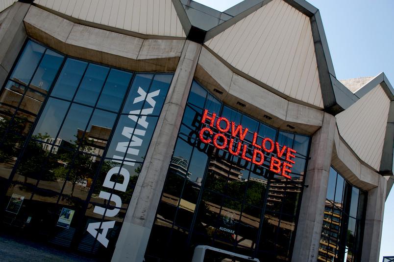 """Der Schriftzug """"How Love Could Be"""" des britischen Künstlers Tim Etchells leuchtet seit ein paar Tagen auf dem Campus."""