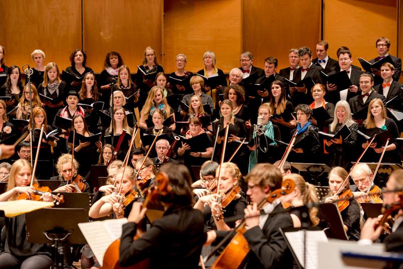 Zwei der beteiligten Ensembles: das Orchester und im Hintergrund der Chor