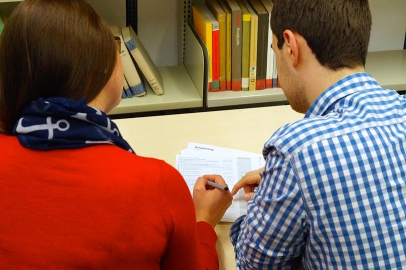 Die Studierenden helfen Flüchtlingen bei Amtsgängen und beim Ausfüllen von Formularen.