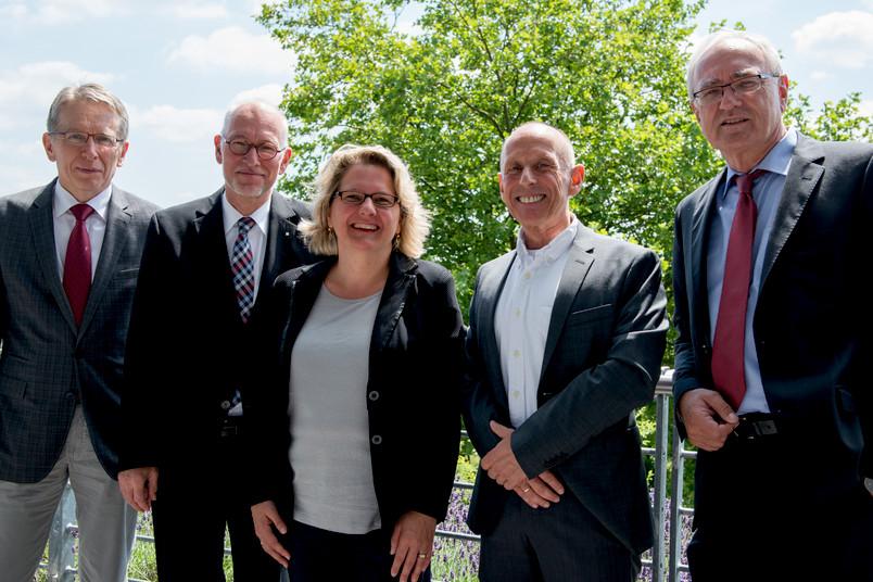 40 Jahre Zusammenarbeit RUB und IG Metall (von links): Ludger Pries, Elmar Weiler, Svenja Schulze, Manfred Wannöffel und Detlef Wetzel