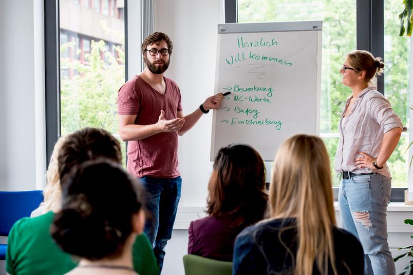 <div> Studierende geben Schülern einen Einblick in ihren Studienalltag.</div>