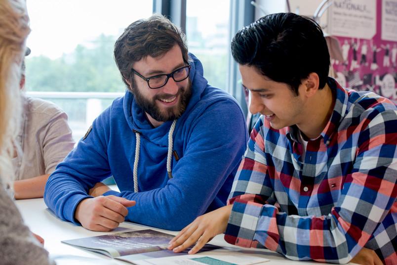 Studierende und Flüchtlinge meistern die ersten Schritte an der RUB gemeinsam.