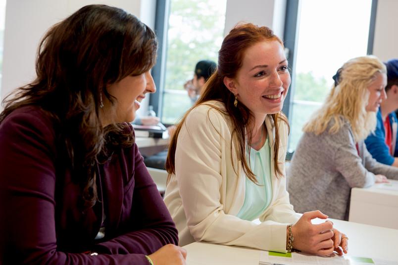 Im Sprachcafé tauschen sich deutsche und interationale Studierende aus.