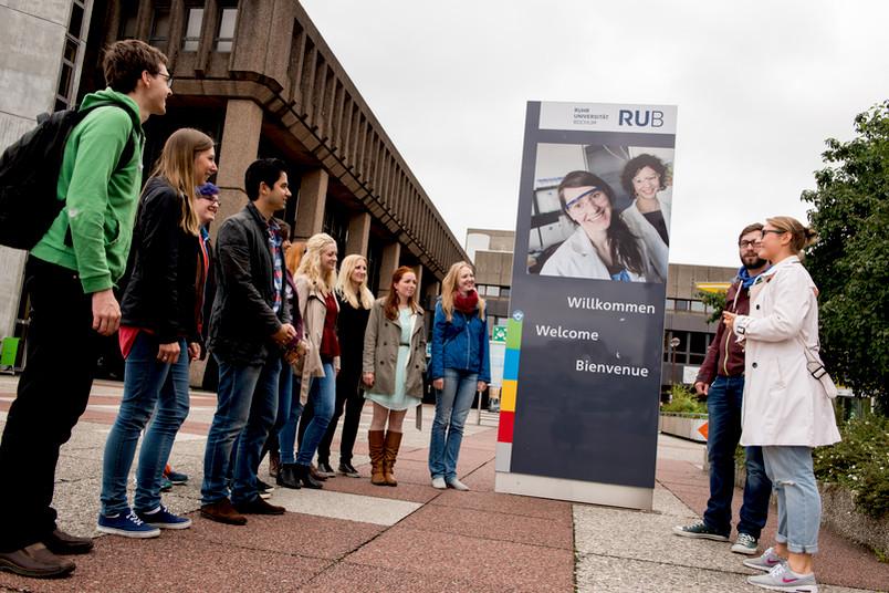 Studierende der RUB kennen sich auf dem Campus bestens aus und können darum Neuankömmlingen bei der Orientierung helfen.