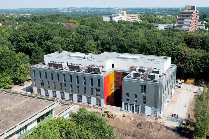 Blick vom Gebäude ND auf Zemos