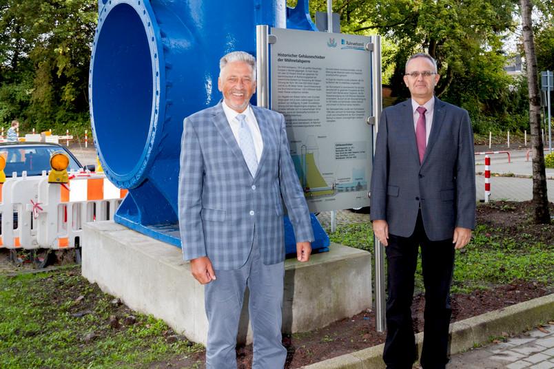 Der Schieber an seinem neuen Standort, davor stehen Andreas Schumann (links) und Volker Bettzieche, Leiter Talsperrenüberwachung und Geotechnik des Ruhrverbands.