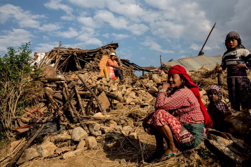 Nicht nur Kriege, sondern auch Umweltkatastrophen bringen Menschen in größtes Leid. Diese Frau hat bei dem schweren Erdbeben in Nepal im Frühjahr 2015 alles verloren.