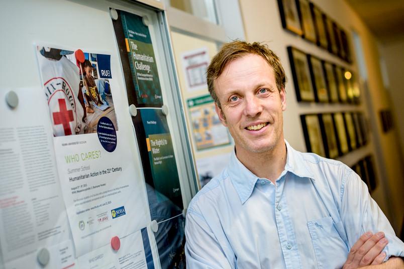 Dennis Dijkzeul ist Professor für Organisations- und Konfliktforschung am Institut für Friedenssicherungsrecht und Humanitäres Völkerrecht.