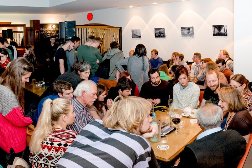 Rund hundert Leute kamen zu den ersten Kneipengesprächen der RUB im Café Tucholsky.