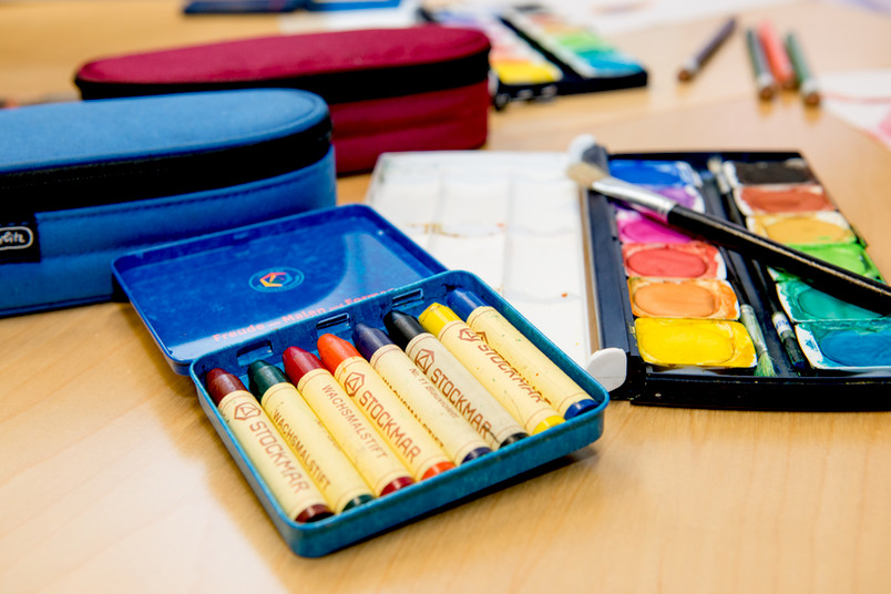 Die Ruhr-Universität sammelt Federmäppchen, Wachsmalstifte und Farbmalkästen für Flüchtlingskinder.